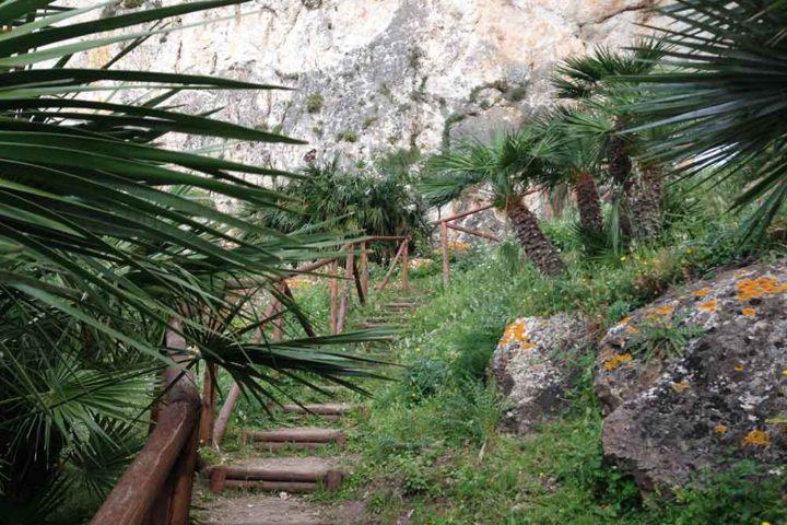Il tratto di sentiero che porta alla Grotta de Crocifisso
