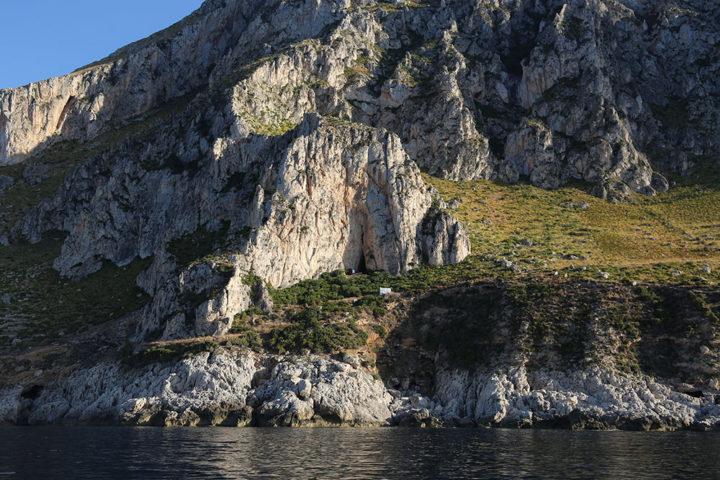 La grotta del Crocifisso dal mare