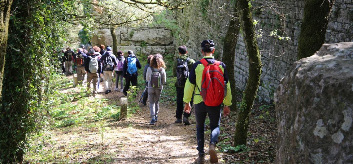 Escursionisti lungo il sentiero delle mura